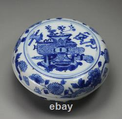 Antique Chinese blue and white circular box and cover, Kangxi (1662-1722)